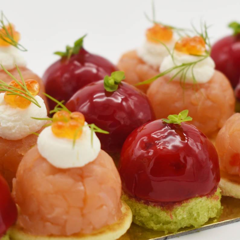 Bombones de Foie con gelatina de manzana roja sobre financier de pistacho